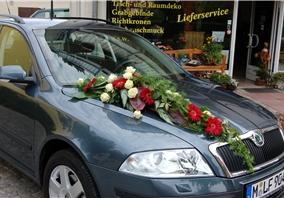 Hochzeitsdekoration auf einem Auto
